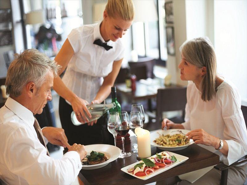 Профессиональные и доброжелательные официанты – достойные обслуживать английскую королеву2