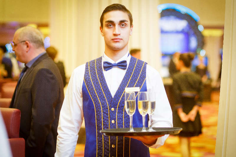 Профессиональные и доброжелательные официанты – достойные обслуживать английскую королеву3
