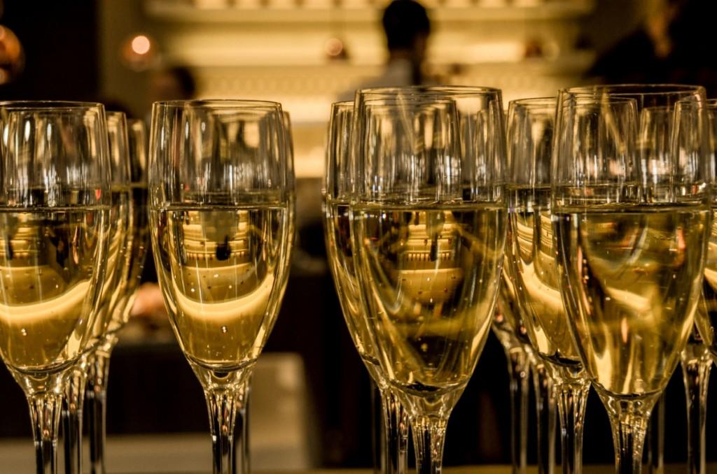 Сердце шампанского склонно к измене и к перемене, как ветер в мае...4