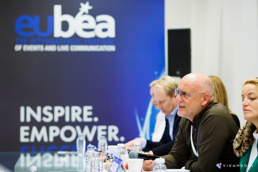 экспертное жюри одного из потоков защит проектов. С микрофоном Рудольф Соммер, ведущий корпоративный менеджер EnBW and Watt – Sales & Solutions Ltd.