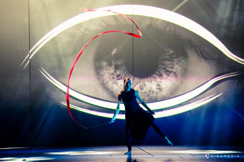 Танцевальный перфоманс синхронизированный с цифровыми декорациями
